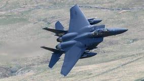 F-15E罢工老鹰飞行通过Mack圈 免版税图库摄影