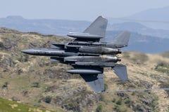 F-15E罢工老鹰飞行通过Mack圈 库存照片