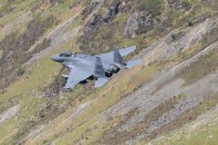 F-15E罢工老鹰飞行通过Mack圈 免版税库存照片
