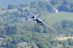 F-15E罢工老鹰飞行通过Mack圈 免版税库存图片
