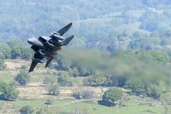 F-15E罢工老鹰飞行通过Mack圈 库存图片