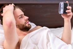 F??e des Mannes schlafend im bequemen Bett Netter junger Mann wacht auf, nachdem er morgens geschlafen hat Wachen Sie Morgen auf lizenzfreie stockfotografie
