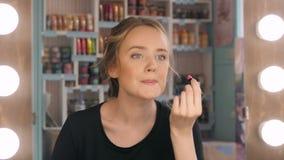 få gående läppstift som ser makeup, mirror nattdeltagaren som sätter klar red till kvinnan Makeup på natten som får klar, innan a Royaltyfri Bild
