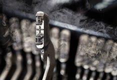 F-Hammer - alte manuelle Schreibmaschine - Geheimnisrauch Lizenzfreies Stockfoto
