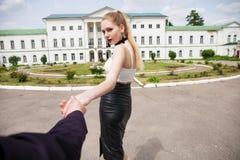 F?lj mig, h?rliga h?ll f?r ung kvinna handen av en man arkivfoton