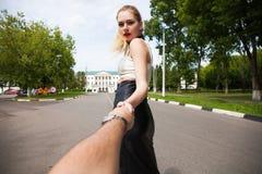 F?lj mig, h?rliga h?ll f?r ung kvinna handen av en man royaltyfri fotografi