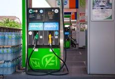F?llen des Autos mit Kraftstoff stockfoto