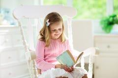f?lt f?r djup f?r bokkamerabarn som ser grund avl?sning Ungar l?sta b?cker royaltyfria bilder