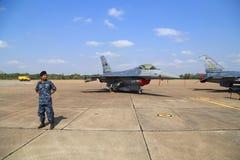 F-16 med soldatskärm/show på barns dag på Korat vinge 1 Royaltyfri Foto