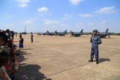 F-16 med soldatskärm/show på barns dag på Korat vinge 1 Arkivfoton