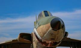 F-105 myśliwa odrzutowego nosa przód z niebieskim niebem i chmurami obrazy stock