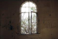 F?nster utan exponeringsglas och smutsiga v?ggar i ett ?vergett hus royaltyfri foto