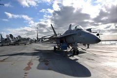 F-14 op een vliegdekschip stock afbeelding