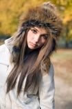 för flickalook för brunett gulliga trendiga seriuos Arkivbilder