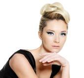 för glamourfrisyr för blått öga kvinna för smink Arkivbilder