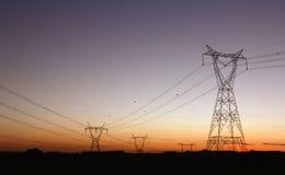 fördelningselektricitetsenergi som ger tornet Arkivfoton