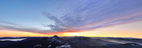 första snow för morgonbergkanter Arkivfoton