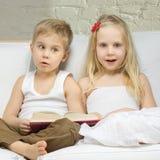 förvånad gullig flicka för pojkebarn Royaltyfria Foton