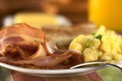 förvanskat baconägg som stekas Royaltyfri Foto