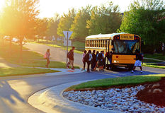 Få på skolbussen Royaltyfri Foto