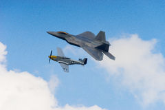 F-22 ptak drapieżny i p51 mustang w chmurach obraz stock
