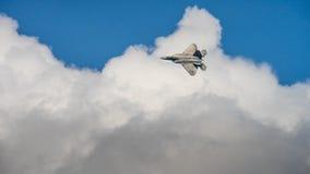 F-22 ptak drapieżny w chmurach zdjęcia royalty free