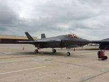 F22 que senta-se na pista de decolagem Fotografia de Stock