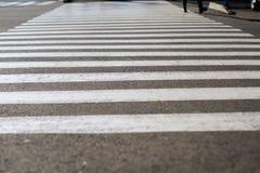 F?r asfaltbakgrund f?r ?verg?ngsst?lle fot- svart trafik arkivbilder