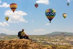 F?r ballongbegrepp f?r lyckad kvinna och f?r varm luft motivation, inspiration fotografering för bildbyråer