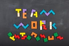 F?r begreppsbegrepp f?r teamwork id?rik figurs?g p? svart tavla arkivfoto