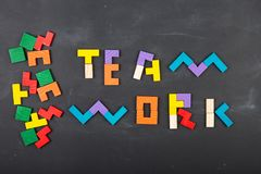 F?r begreppsbegrepp f?r teamwork id?rik figurs?g p? svart tavla fotografering för bildbyråer