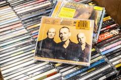 F?r CDalbum f?r M People freskom?lning 1997 p? till salu sk?rm, ber?md engelsk musikband f?r dansmusik, royaltyfri fotografi