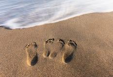 f?r effektfotsp?r f?r strand skvalpade h?rliga fotsteg sandiga windblown uppvisningstrails f?r sanden arkivbilder