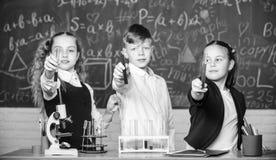 F?r ein besseres morgen Labormikroskop und Reagenzgl?ser Chemiewissenschaft Kleinkindwissenschaftler, der herein Chemie erwirbt stockfotografie