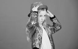F?r gulliga trendig hatt ungekl?der f?r flicka Liten fashionista Trendig dr?kt f?r kall cutie lycklig barndom fashion ungar fotografering för bildbyråer
