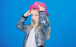 F?r gulliga trendig hatt ungekl?der f?r flicka Liten fashionista Trendig dr?kt f?r kall cutie lycklig barndom fashion ungar arkivfoto