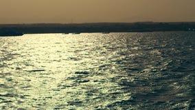 f?r havsseascape f?r bl?a rocks sommar f?r sky havsvågor på solnedgången, i strålar av mjukt solljus Ljus p? vatten havsfjärd som arkivfilmer