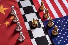 F?r Hintergrund oder Netz Stand mit zwei Teams auf China und USA-Staatsflaggen mit goldener Krone in der Mitte sich konfrontieren stockbild