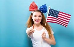 f?r holdingkvinna f?r amerikanska flaggan lyckligt barn arkivbilder