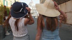 f?r italy f?r helhet f?r campodomkyrkadei pisa lutande miracoli torn Två unga kvinnor som går i panamas på gatorna längs kaféer stock video