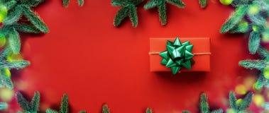 f?r julsammans?ttning f?r bauble bl?tt exponeringsglas Bakgrund med gåvaasken och garneringar arkivbild