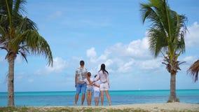 F?r?ldrar med tv? ungar tycker om deras karibiska semester p? Antigua?n stock video