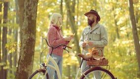 F?r?lskade romantiska Autumn Couple enjoy Romantiker- och f?r?lskelsebegrepp attraktiv kvinna f?r st?ende f?r nakenhet f?r l?nn f arkivfilmer