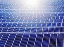 F?r maktpaneler f?r sol- energi f?lt arkivbilder