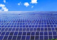F?r maktpaneler f?r sol- energi f?lt arkivbild