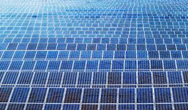 F?r maktpaneler f?r sol- energi f?lt royaltyfri foto