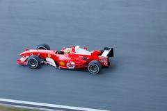 F1 raceauto op Ferrari die dag rennen stock afbeeldingen
