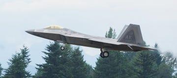 F-22 Raptor avec train sorti photographie stock libre de droits