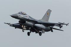 F-16 RBAF приходя внутри для приземляться на флаге Frisian Стоковые Изображения RF