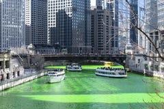 F?rbendes Chicago River Gr?n stockfotografie